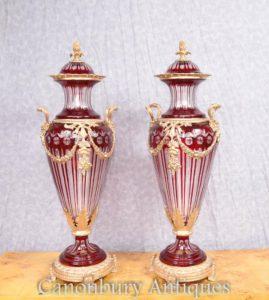 Пара французской империи Обрезанные стеклянные амфоры Урны Вафли с крышкой
