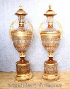 Pair Большие французские вырезанные урны на подставках Empire Vases
